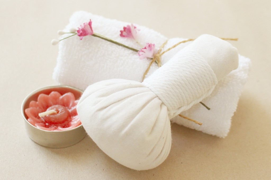 masaż tajski stemplami ziołowymi, Wielka Księga Kosmetyków Naturalnych. Rytuały piękna i sekretne receptury z różnych stron świata, Marta Marakchi, książka (Fot. PIxabay)
